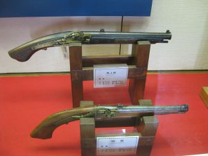 800px-Antique_samurai_tanegashima_(matchlock)_pistols